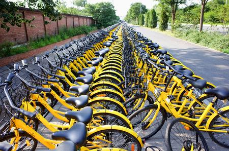 北京、中国 2017年 6 月-行の共有自転車という名前クリンプハイト (小さな黄色い自転車) の中国の北京では、道路の横にあります。 報道画像