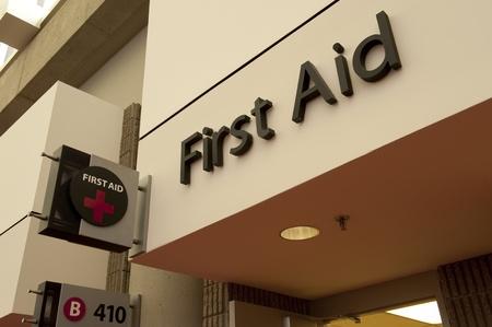 medical attention: Primeros Auxilios signo estaci�n un lugar para recibir atenci�n m�dica