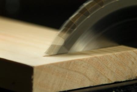 shorten: Hojas de sierra circular haciendo un corte transversal de un tablero