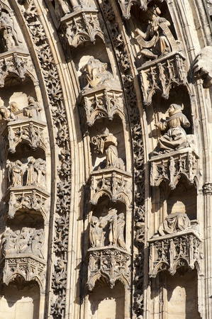 ヴィエンヌのフランスの教会の戸口の彫刻石
