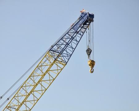 建設現場で背の高いクレーン ブーム
