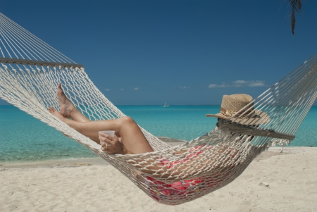 bahamas: vrouw in hangmat op Hawks Nest Resort in Cat Island Bahamas Stockfoto