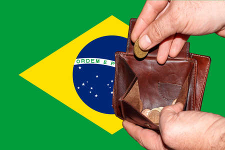 empty wallet shows the global financial economic crisis triggered by the corona virus in Brazil. Banque d'images