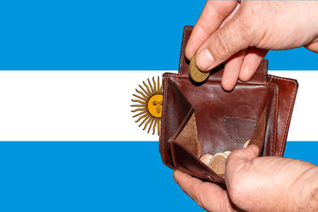 empty wallet shows the global financial economic crisis triggered by the corona virus in Argentina Banque d'images