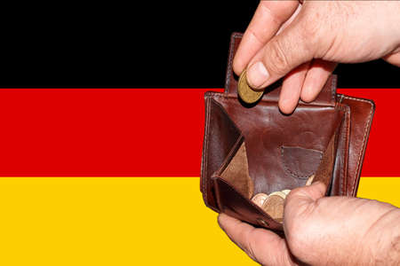 empty wallet shows the global financial economic crisis triggered by the corona virus in Germany Banque d'images