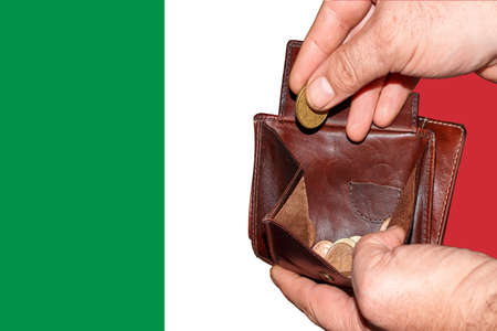 empty wallet shows the global financial economic crisis triggered by the corona virus in Italy Banque d'images