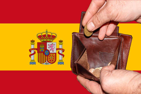 empty wallet shows the global financial economic crisis triggered by the corona virus in Spain Banque d'images
