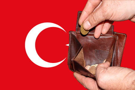 empty wallet shows the global financial economic crisis triggered by the corona virus in Turkey Banque d'images