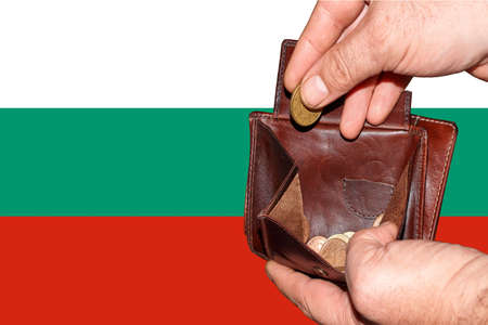 empty wallet shows the global financial economic crisis triggered by the corona virus in Bulgaria. Banque d'images