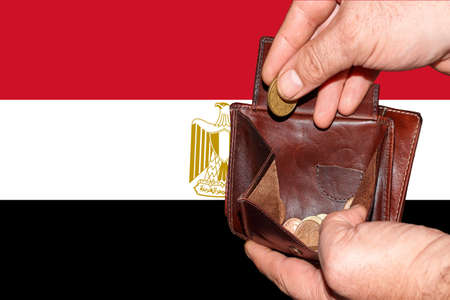 empty wallet shows the global financial economic crisis triggered by the corona virus in Egypt. Banque d'images