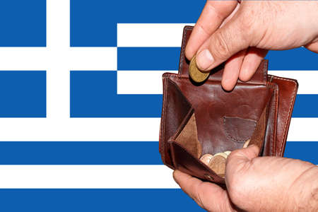 empty wallet shows the global financial economic crisis triggered by the corona virus in Greece. Banque d'images