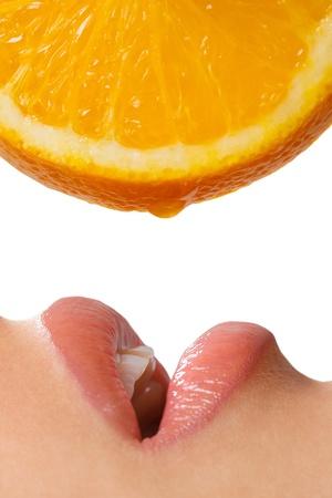 orange slice: Profiel van open vrouwelijke mond met oranje plak op een witte achtergrond Stockfoto
