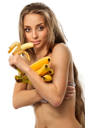 comiendo platano: Joven y bella mujer sosteniendo bananas - fondo blanco