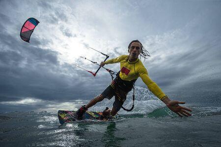 Kite surfeur sur les vagues Banque d'images