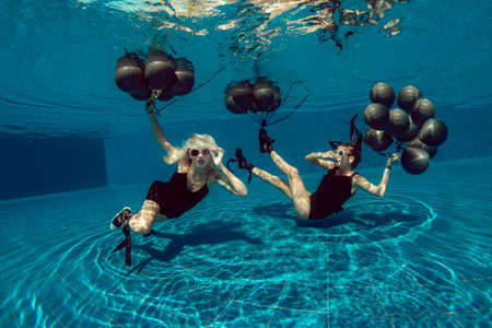 Womens in black Underwater flight Standard-Bild
