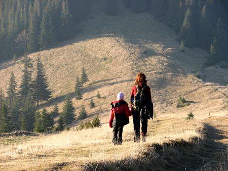 familia viaje: Viajes de la familia. Viajes oto�al. Madre e hija en el campo abierto Foto de archivo