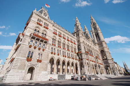 innere: Low angle view of Rathaus city hall at Rathausplatz in Innere Stadt district at Vienna, Austria
