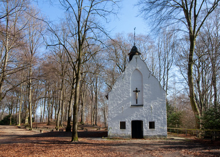 A small chapel in the woods in the sunshine in autumn, photographed in Viersen-Süchteln, Germany Banco de Imagens - 110038247