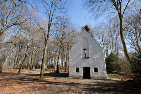 Lonely forest church with cemetery chapel in the forest in Viersen-Süchteln Banco de Imagens - 110038248