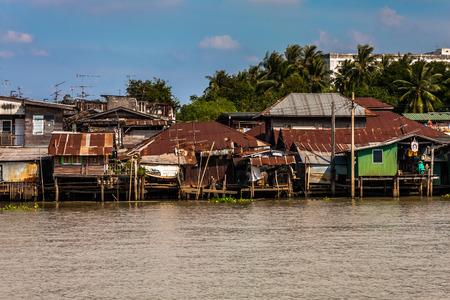 Pauvres habitations sur la rivière Chao Phraya près de Bangkok, Thaïlande