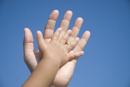 padre e hija: Las manos de la familia Foto de archivo