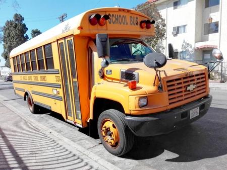 HOLLYWOOD, Los Angeles, California - September 14, 2018: Los Angeles Unified School Bus in Hollywood on Orange Drive 新聞圖片