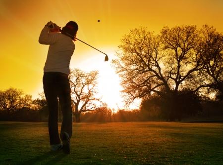 Sunset Golf Golfista jugando carrera en la puesta de sol Foto de archivo - 21616991