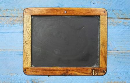 Pizarra de la escuela cosecha en pared de madera pintado, espacio libre copia Foto de archivo