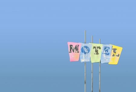 worn sign: Motel llevado signo, cielo azul, ilustraci�n vectorial, copia espacio libre