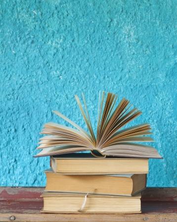 Aufgeschlagenes Buch auf einem Stapel von vintage Bücher, kostenlose Kopie Raum Standard-Bild - 19093335