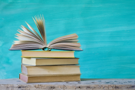 pile de livres, un, arrangement de livre ouvert, un espace exemplaire gratuit