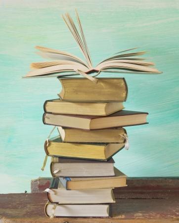 pile de livres, un ouvert