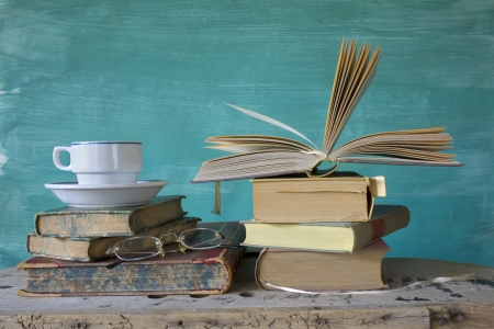 커피 컵과 안경, 무료 사본 공간에 빈티지 책,