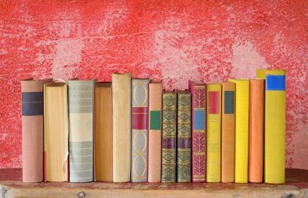 row of books, free copy space on red background Zdjęcie Seryjne