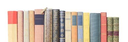 portadas de libros: libros antiguos en una fila, aislados en fondo blanco, copia espacio libre