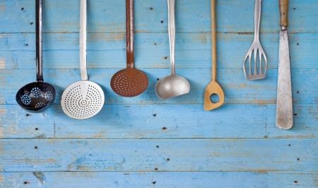 kitchen utensils: utensilios de cocina de �poca, copia espacio libre Foto de archivo