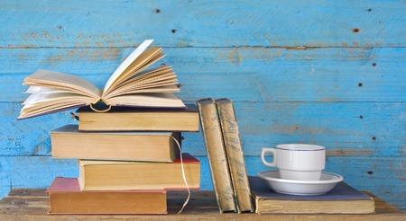 rangée de livres anciens, avec tasse de café, copie espace libre