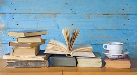 marca libros: libros de la vendimia con la taza de café y especificaciones, copia espacio libre