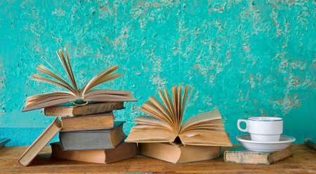 livres vintage avec une tasse de café, un espace exemplaire gratuit