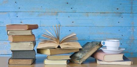 uitstekende boeken met een kopje koffie, gratis exemplaar ruimte