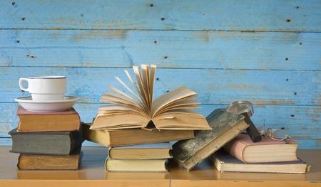 livres avec tasse de café, lunettes, loupe, l'espace exemplaire gratuit Banque d'images