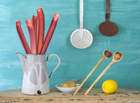 kitchen tools: rabarber plus ingrediënten voor rabarber jam en vintage keukengerei