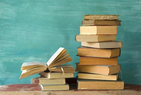 pile de livres, un ouvert, grungy background, copie espace libre