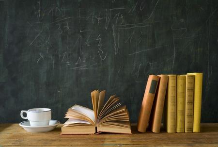 aprendizaje: libros con una taza de café, espacio de libre copia