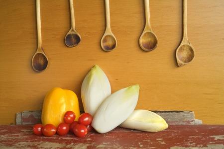 cichorei, tomaten, paprika, houten spons, groenten, gezonde voeding