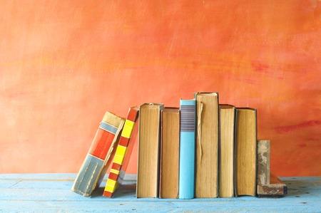 libros abiertos: fila de libros antiguos, copia espacio libre