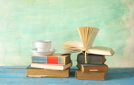 libro abierto: Libros de la vendimia con una taza de café, copia espacio libre
