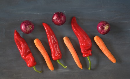 red pepper: bell pepper,red onions,carrots, top view