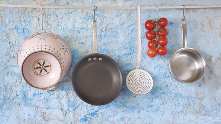 utencilios de cocina: utensilios de cocina y los tomates, copia espacio libre