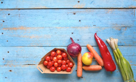 marchew: Healthy food. Vegetables and fruit on a rustic table, top view,good